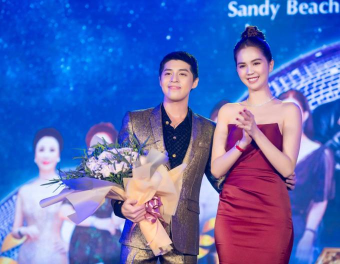 Noo Phước Thịnh ngại ngùng ôm eo Ngọc Trinh trong một sự kiện.