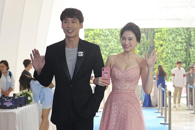 Hari Won gợi cảm, Minh Hằng kín bưng dự event