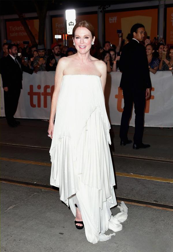 Julianne MooreDiễn viên Kingsman: The Golden Circle mất điểm tại Liên hoan phim quốc tế Toronto khi diện đầm quây xếp lớp cao thấp lồng phồng, nuốt chửng đường cong.