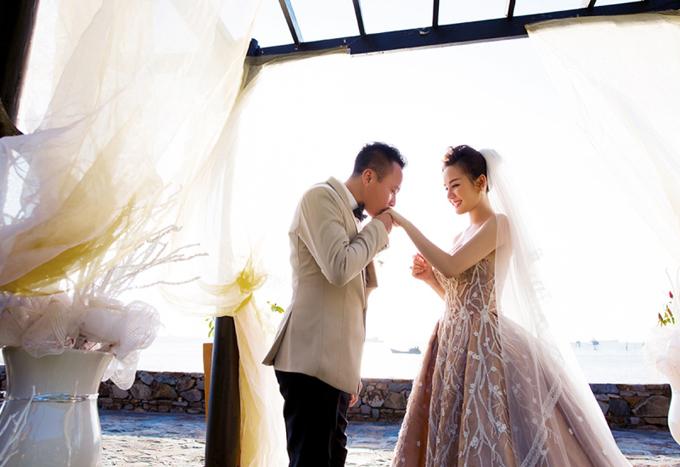 Nữ ca sĩ đưa vào MV những hình ảnh trong buổi chụp ảnh cưới của cô. Đôi vợ chồngdiễn tình tứ, lãng mạn bên bờ biển.