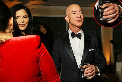 Bezos sánh bước cùngSancheztại tiệc lễ trao giải Quả cầu vàng 2019 hôm 2019. Ảnh: New York Times.
