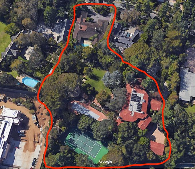Năm 2017 Bezos tiếp tục mua thêmmột căn nhỏ hơn gần đó với giá 12,9 triệu USD, dện tích424 m2. Rõ ràng, ngôi nhà đầu tiên ở Beverly Hills không phù hợp với yêu cầu không gian của Bezos. Năm 2017, anh đã mua một căn nhà bốn phòng ngủ tương đối khiêm tốn, rộng 4.568m2 với giá 12,9 triệu USD ngay bên cạnh ngôi nhà đầu tiên của mình. Như bạn có thể thấy trong hình trên, tài sản của Bezos thống trị khối đầy biệt thự.