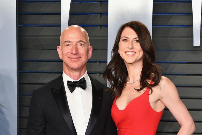 Jeff Bezos - nhà sáng lập kiêm CEO trang thương mại điện tửAmazon là người giàu nhất thế giới với khối tài sảnlên tới 137 tỷ USD. Với việc thông báo ly hôn người vợ - MacKenzie sau 25 năm chung sống, tài sản của Bezos có thể hao hụt đáng kể. Tại bang Washington mà vợ chồng Bezos sinh sống, mọi tài sản có được sau khi kết hôn đều được coi là tài sản chung và sẽ phải phân chia khi ly hôn.