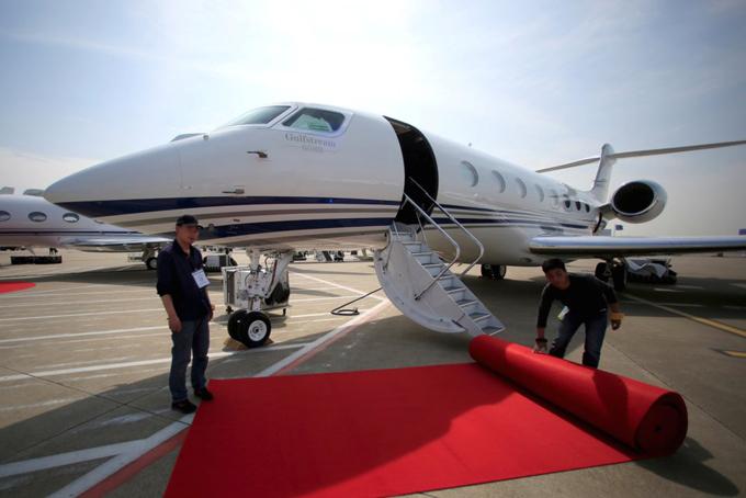Ngoài ra Bezoz còn sở hữu một chuyên cơ trị giá 65 triệu USD. Đây cũng là phương tiện ông dùng để du lịch cùng với người tình tin đồn Susan Sanchez.