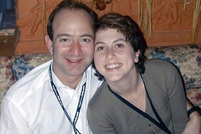 Jeff Bezos và MacKenzie phải lòng nhau khi cùng làm việc tại một công ty đầu tư có trụ sở tại New York. Sau 6 tháng hẹn hò, họ kết hôn vào năm 1993. Năm 1994, bà MacKenzie cùng chồng thôi việc để chuyển đến Seatle khởi nghiệp website bán sách trực tuyến. Bà MacKenzie là kế toán và là một trong những nhân viên đầu tiên của Amazon. Gắn bó với nhau từ thuở cơ hàn đến khi xây dựng Amazon trở thành hãng thương mại điện tử lớn nhất thế giới, MacKenzie