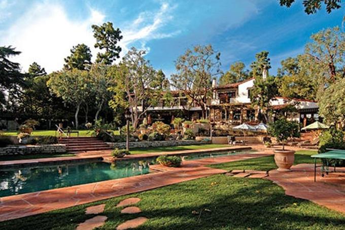 Bezos cũng sở hữu một căn biệt thựở Beverly Hills, California, một trong những khu phố đắt đỏ nhất ở Los Angeles.Bezos. Căn biệt thự mang kiến trúc Tây Ban Nha được ông mua vào năm  2007 với giá 24,45 triệu USD. Nơi này có 7 phòng ngủ, 7 phòng tắm, sân tennis, bể bơi, đài phun nước và garage có thể để 6 xe hơi. Hàng xóm của ông là các ngôi sao Hollywood nhưJimmy Stewart, Donna Reed và Walter Matthau.