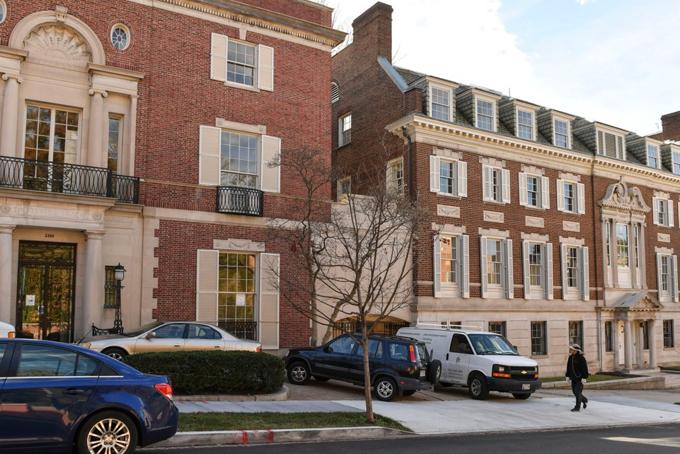 Năm 2016, Bezos mua một bảo tàng dệt ở Washington với giá 23 triệu USD. Ông được cho là đã chi 12 triệu USD cải tạo nơi này.