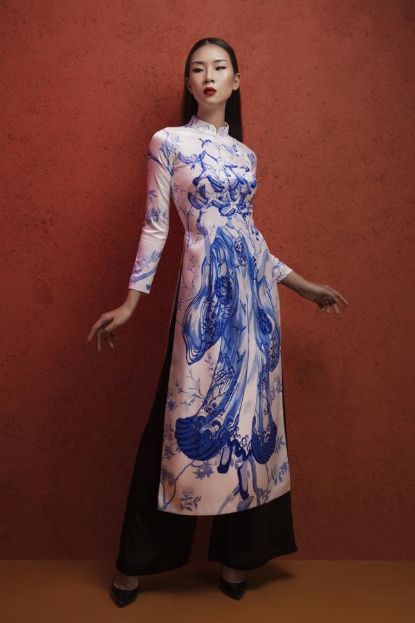 Các mẫu áo lụa của Hà Linh Thư giữ nguyên form dáng truyền thống với chi tiết cổ cao 3cm, tay áo lỡ.