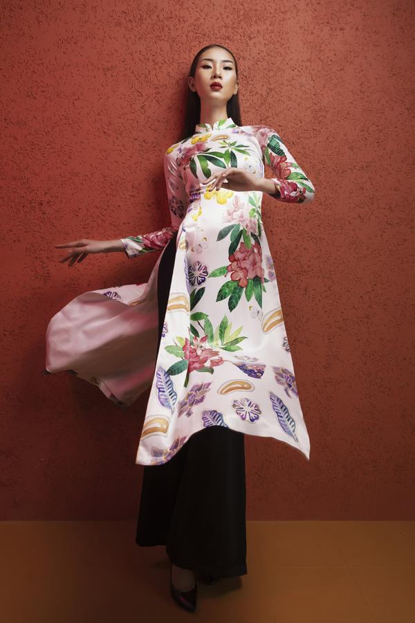 Bên cạnh hoạ tiết về Hà Nội, bình sứ của văn hoá phương Đông, NTK Hà Linh Thư còn mang cả hoa cỏ mùa xuân vào bộ sưu tập mới.