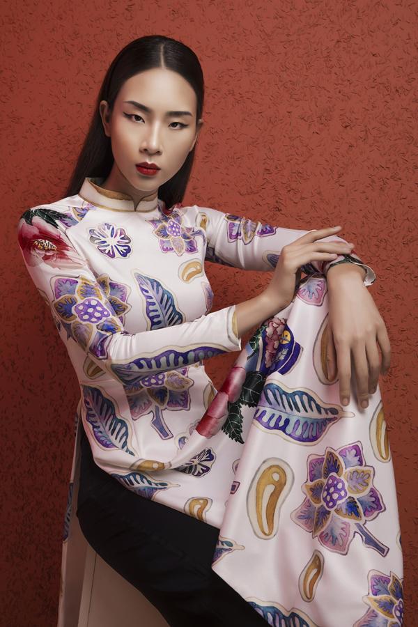 Mặc dù có form truyền thống nhưng các mẫu áo vẫn toát lên vẻ trẻ trung, hiện đại.