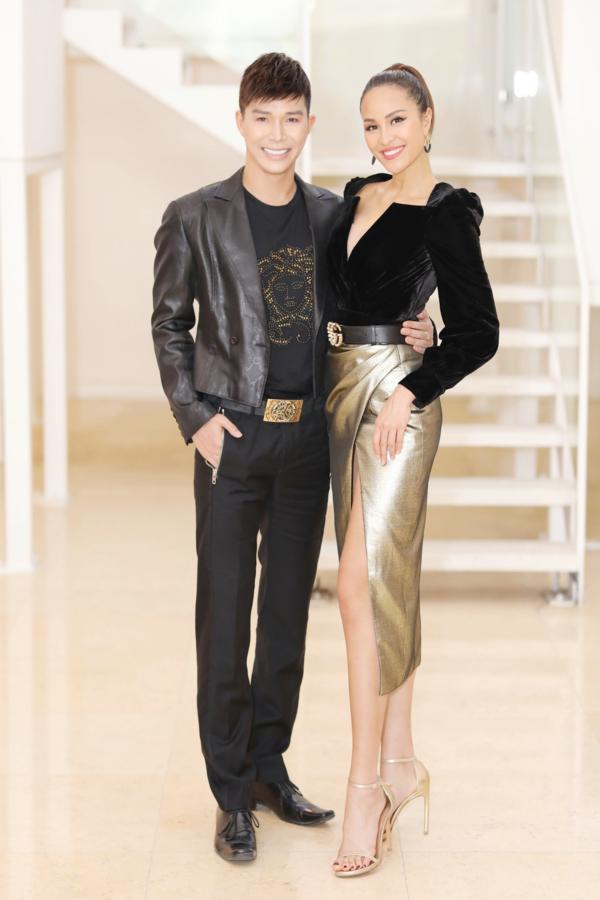 Nam ca sĩ hội ngộ người bạn thân Phương Mai. Nữ MC chọn váy xẻ khoe chân dài, kết hợp thắt lưng Gucci sành điệu.