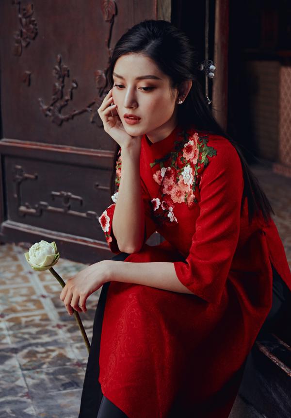 Huyền My chia sẻ cô thích trang phục kiểu dáng đơn giản, tinh tế với điểm nhấn là những họa tiết hoa lá đậm nét Á đông.