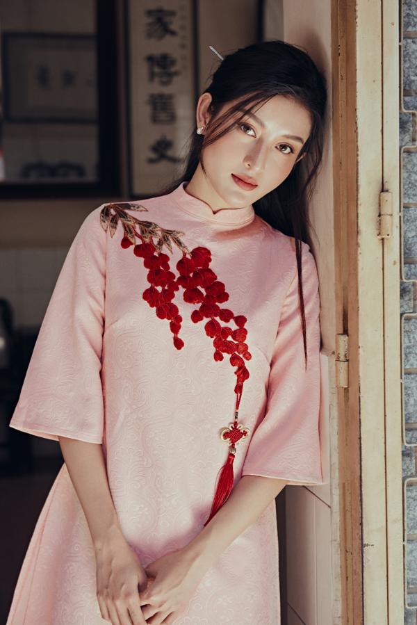 Chất liệu sử dụng trong sưu tập chủ yếu là lụa, gấm cao cấp tôn vẻ sang trọng cho người mặc.