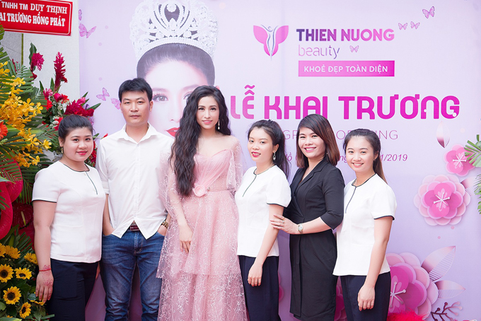 Hoa hậu Lý Thiên Nương cùng một số nhân viên