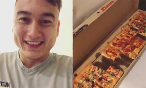 Đặng Văn Lâm hớn hở khoe ăn pizza
