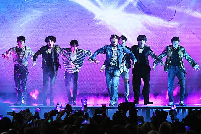7 chàng trai trình diễn máu lửa tại Billboard Music Awards.