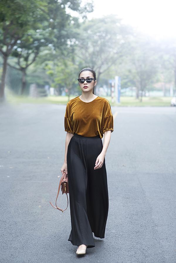 Ngoài những đầm, váy... phù hợp với mọi đối tượng, Tăng Thanh Hà cũng thực hiện thêm một vài bộ trang phục cá tính để có thể tự tin dạo phố dịp cuối năm hoặc đầu năm mới.