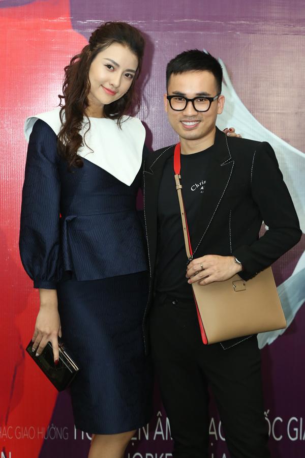 Người mẫu Hồng Quế sóng đôi NTK Hà Duy đi thưởng thức âm nhạc.