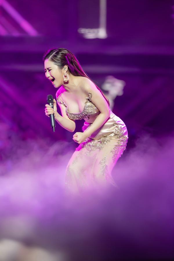 Trong đêm nhạc, Hương Tràm hát những ca khúc hit Em gái mưa, Ngốc, Duyên mình lỡ... nhưng được phối lại với giai điệu tươi vui.