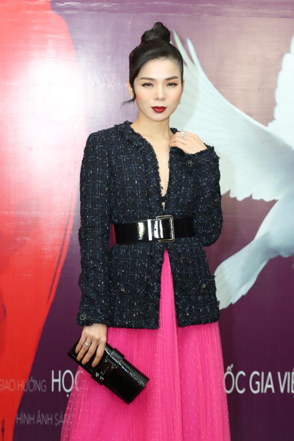 Lệ Quyên mix áo vest với chân váy xoè hồng rực khi đến xem liveshow Hộp thư số 1 của Hương Tràm, diễn ra vào tối 11/1 tại Cung Văn hoá Hữu nghị Hà Nội.