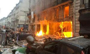 Nổ lớn ở tiệm bánh Paris, hai lính cứu hỏa thiệt mạng