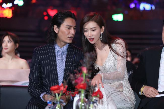 Trần Khôn buôn chuyện với siêu mẫu Đài Loan Lâm Chí Linh.