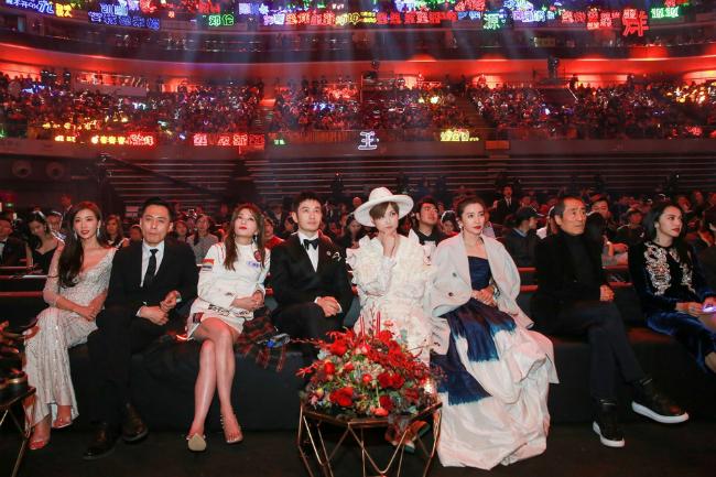 Nữ diễn viên ngồi bên những người bạn trong sự kiện.