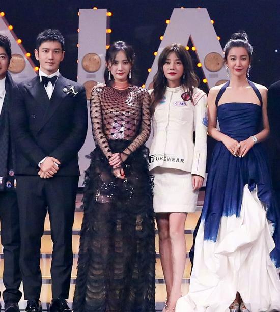 Đêm hội Weibo 2018 diễn ra tối qua 11/1 có sự góp mặt của dàn nghệ sĩ tên tuổi showbiz Trung Quốc. Đây là cơ hội để các ngôi sao gặp gỡ, đồng hành trên thảm đỏ và nhận phần thưởng vinh danh cho suốt một năm qua. Trên thảm đỏ, Triệu Vy diện trang phục có phần đơn điệu giữa dàn nghệ sĩ váy áo xúng xính.
