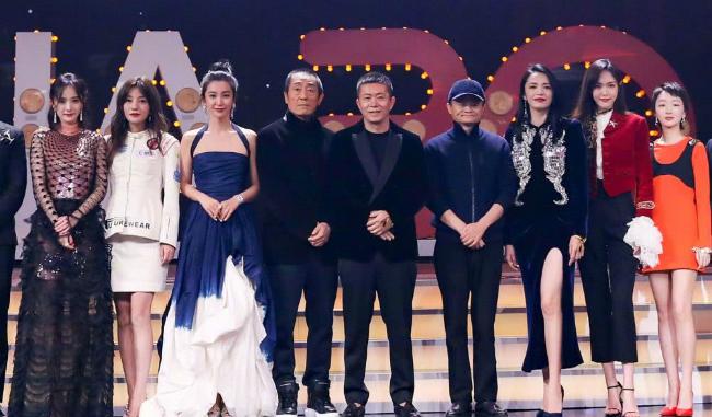 Người đẹp cùng các nghệ sĩ trên sân khấu đêm hội.