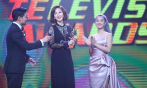 Hoàng Yến Chibi trao giải cho Kim Nam Joo ở Malaysia