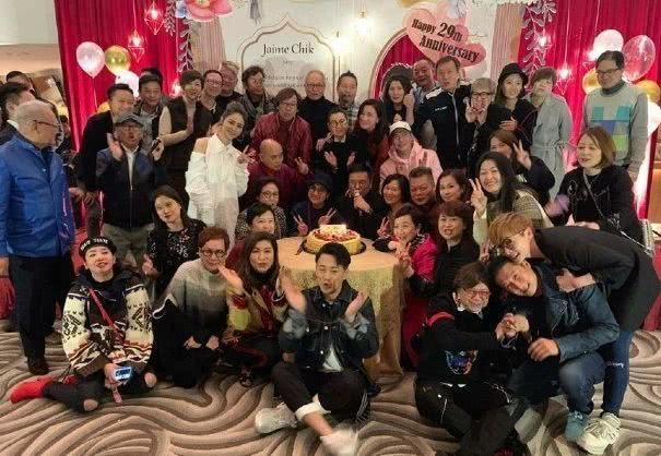 Hinh Nguyệt (áo trắng) dự bữa tiệc với Lâm Phong (ngồi hàng cuối cùng)và các đồng nghiệp của anh ở TVB.