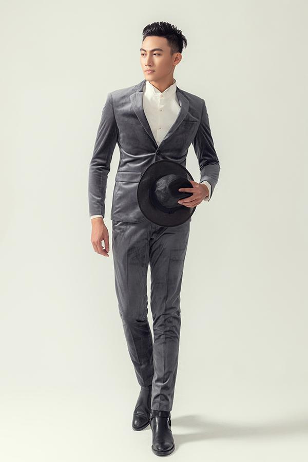 Nếu e dè trước các kiểu áo sơ mi da báo, áo khoác lấp lánh thì các chàng có thể tôn nét thanh lịch cùng suit màu trung tính.