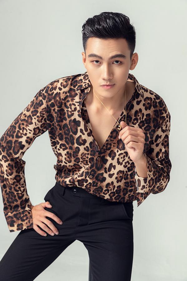 Các mẫu thiết kế của Văn Thành Công mang tới nhiều gợi ý trong việc chọn trang phục đi tiệc, đi chơi cho nam giới vào những ngày cuối năm.