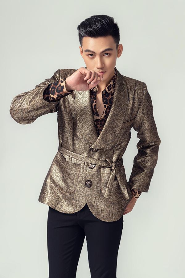 Trang phục cho phái mạnh trở nên bắt mắt hơn với các tông màu lạnh như xám bạc, vàng gold, da báo đang là hot trend. Đồng thời nhà mốt cònsử dụng các chất liệu cực kỳ đa dạng như nhung, gấm dệt nhũ, ka ki hay vải tweed.