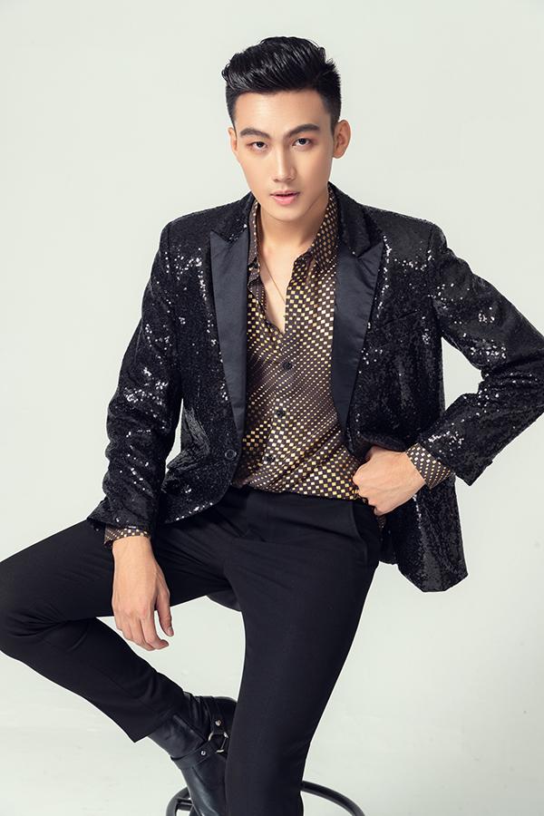 Chất liệu vải sequins lóng lánh không chỉ được dùng làm váy dạ tiệc cho phái đẹp. Nó còn được đưa vào dòng vest, blazer cho các chàng đỏm dáng.