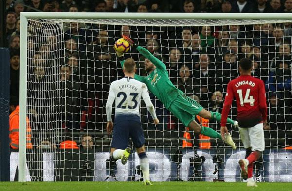 Thủ môn MU luôn đứng đúng chỗ, khép góc kịp thời hay bay người đẩy bóng, ôm gọn bóng, làm nản lòng các chân sút Spurs.