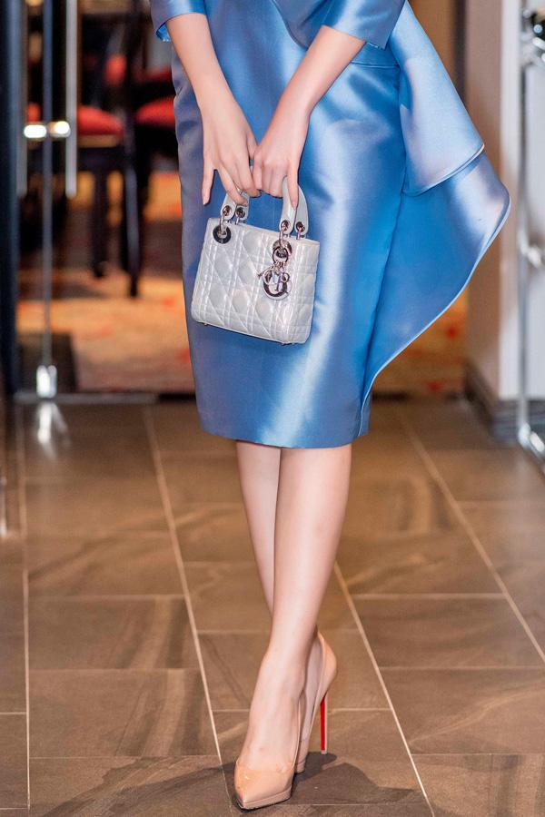So với nhiều mỹ nhân của showbiz, Đỗ Mỹ Linh không chạy đua theo phong trào hàng hiệu. Cô chỉ sắm một vài phụ kiện để sử dụng thường xuyên trong cả đời thường và khi đi event. Mẫu túi và giày cô chưng diện trong tiệc tối qua từng xuất hiện nhiều lần cùng cô.