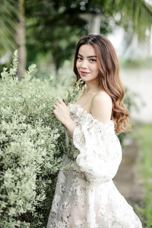 Hồ Ngọc Hà gợi cảm với váy trễ vai khi đọ dáng bên hoa.