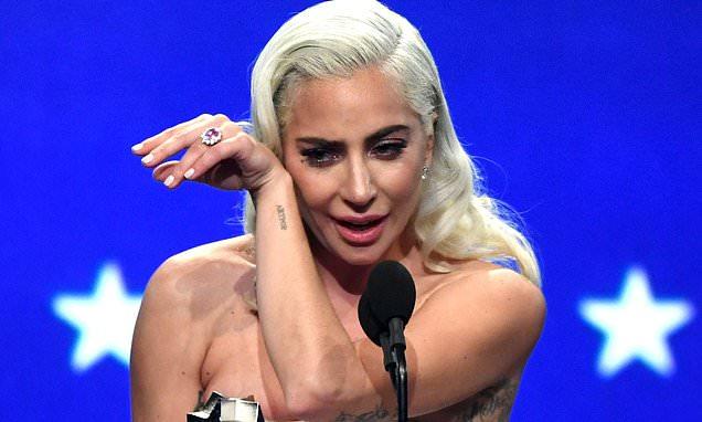 Lady Gaga khóc khi nhận giải Nữ chính xuất sắc.