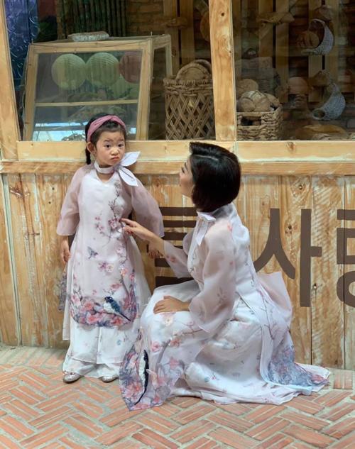 Biểu cảm hài hước của bé Lavie - con gái diễn viên Mai Phương - khi diện áo dài chụp ảnh xuân.