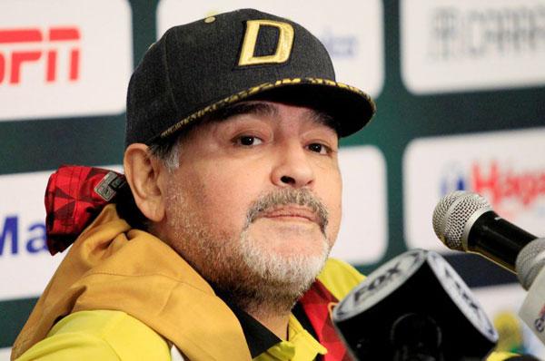 Trong thời gian làm HLV ở Mexico, cựu danh thủ Argentina đi lại khó khăn