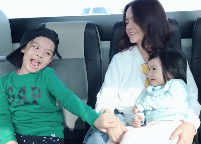 Khoảnh khắc hạnh phúc bình dị của Phạm Quỳnh Anh bên hai con.