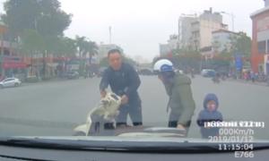 Bé trai khóc thét vì mẹ chạy xe máy tạt đầu ôtô ngã nhào