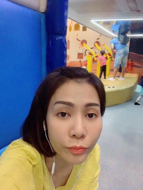 Ca sĩ Thu Minh selfie với mặt mộc khi đưa con đi chơi.