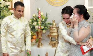 Mẹ Võ Hạ Trâm bưng mặt khóc trong đám cưới con gái