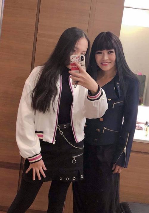 Ca sĩ Phương Thanh khoe ảnh con gái lớn phổng phao như thiếu nữ. Dù mới 14 tuổi nhưng bé Gà đã cao hơn cả mẹ.