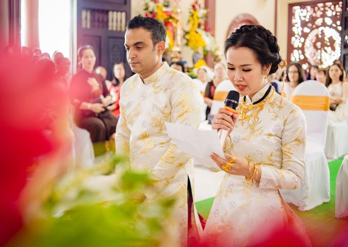 Do chú rể không biết tiếng Việt nên Hạ Trâm thay chồng đọc lời phát nguyện, hứa luôn yêu thương, sống chung thủy bên nhau trọn đời.
