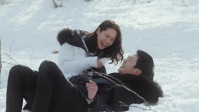 Jung Hae In và Son Ye Jin trong một cảnh phim lãng mạn của Chị đẹp mua cơm ngon cho tôi.
