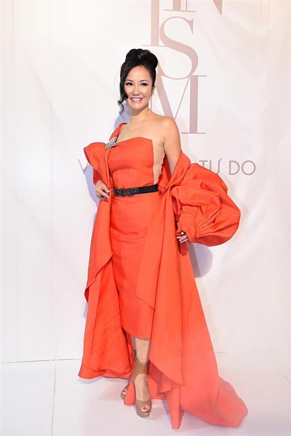 Tới xem show thời trang của NTK Lý Quí Khánh, diva Hồng Nhung diện bộ đầm cắt xẻ kèm áo choàng quá khổ đồng màu cam, tạo nên tổng thể nặng nề, chói mắt.