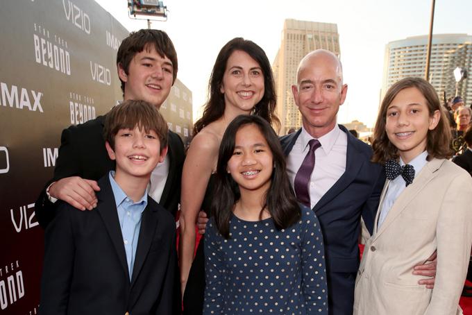 Jeff Bezos cùng vợ và các con tại sự kiện ởSan Diego năm 2016. Ảnh: CNBC.
